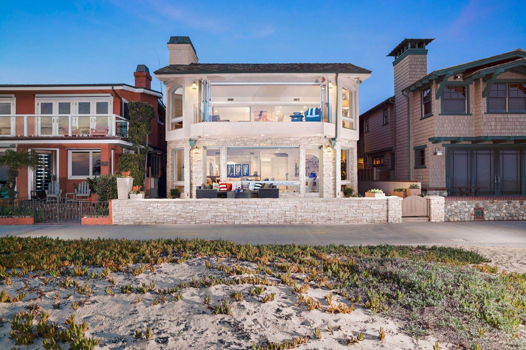 Single Family Homes pour l Vente à 930 Weat Oceanfront 930 W OCEANFRONT Newport Beach, Californie 92661 États-Unis