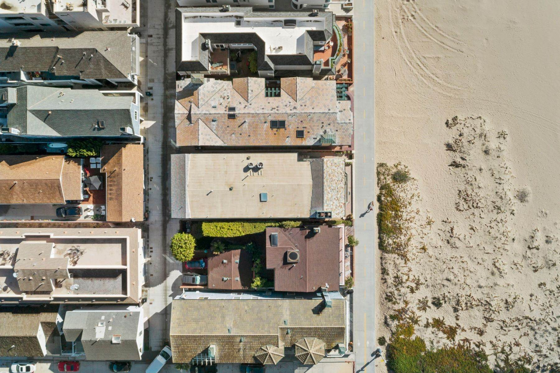 24. Single Family Homes for Sale at 930 Weat Oceanfront 930 W OCEANFRONT Newport Beach, California 92661 United States