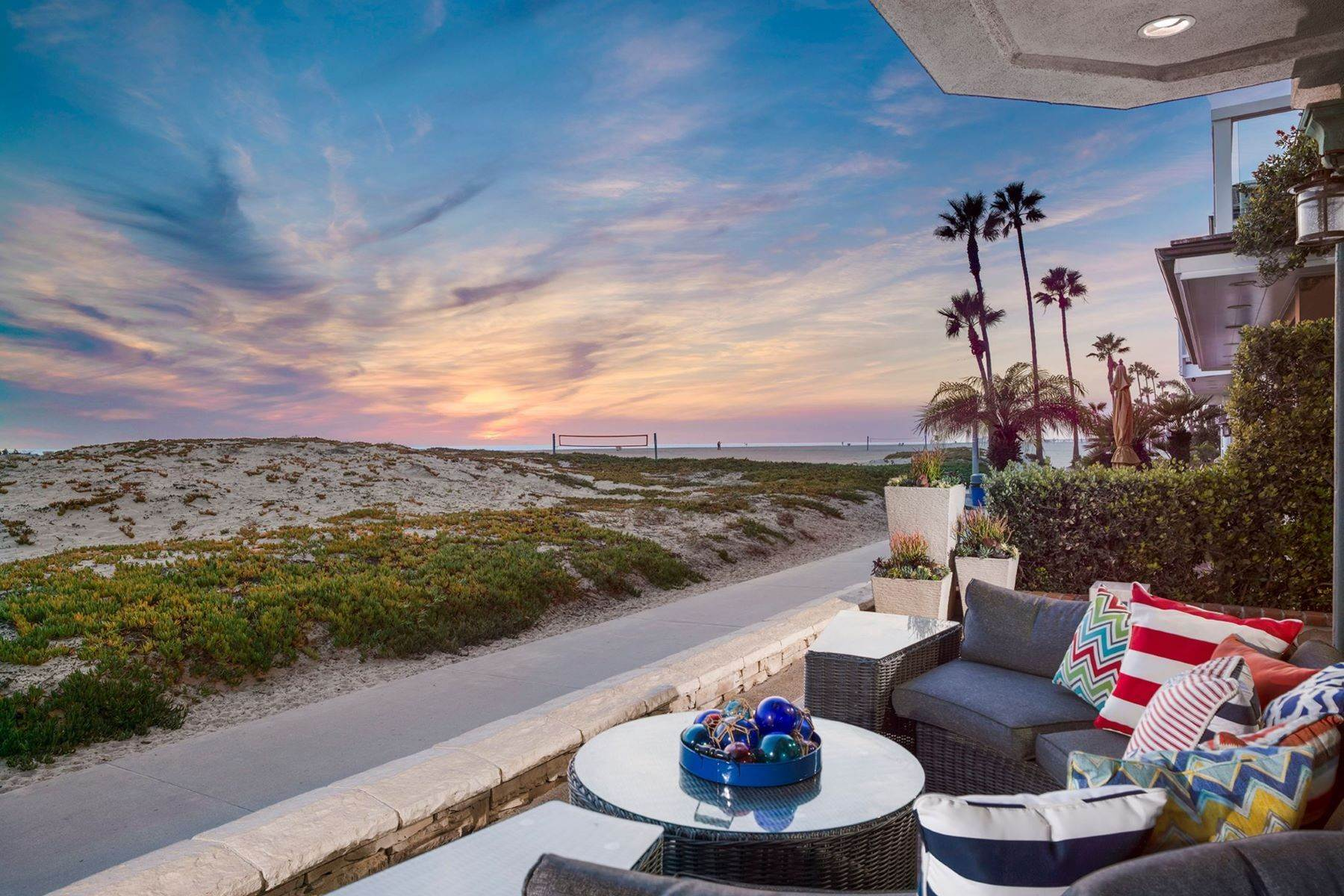 26. Single Family Homes for Sale at 930 Weat Oceanfront 930 W OCEANFRONT Newport Beach, California 92661 United States