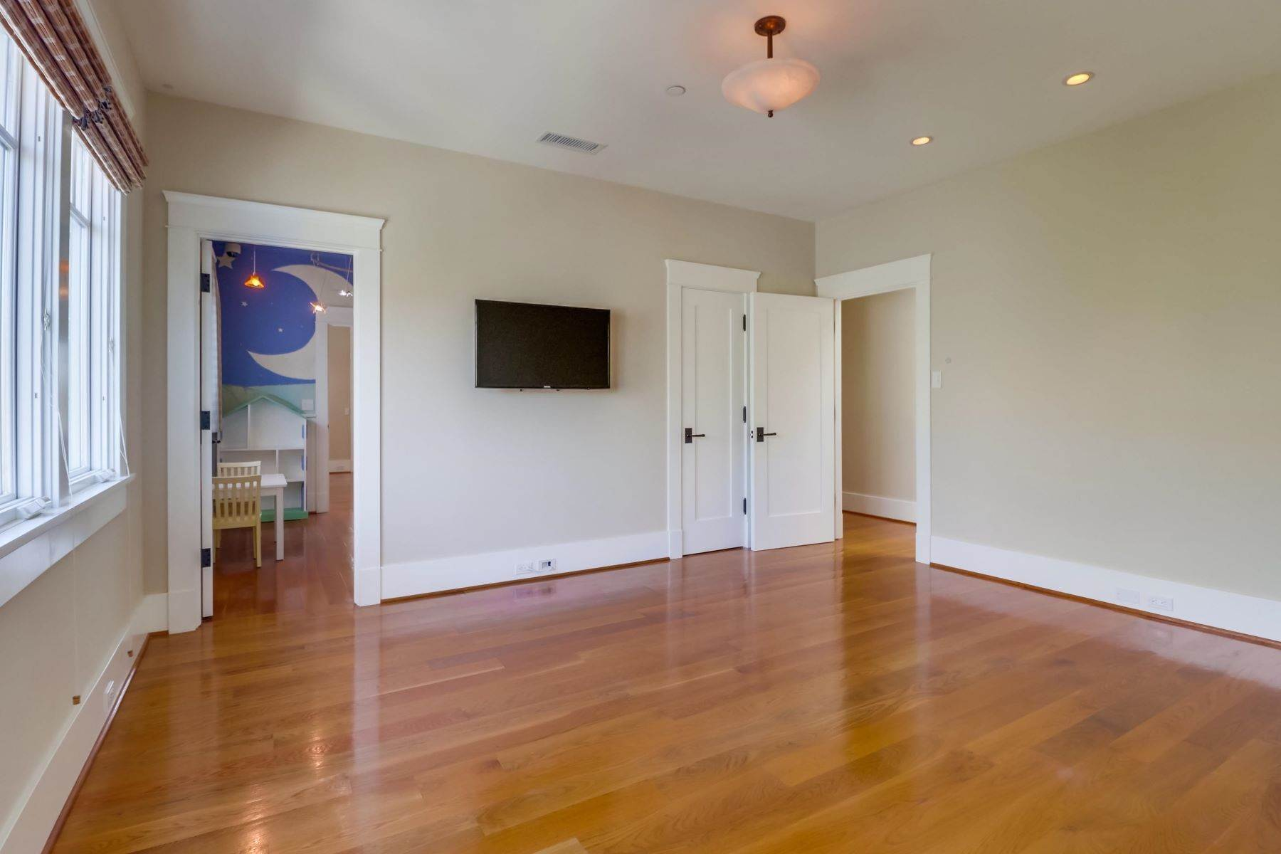 18. Single Family Homes for Sale at 922 Glorietta Blvd Coronado, California 92118 United States