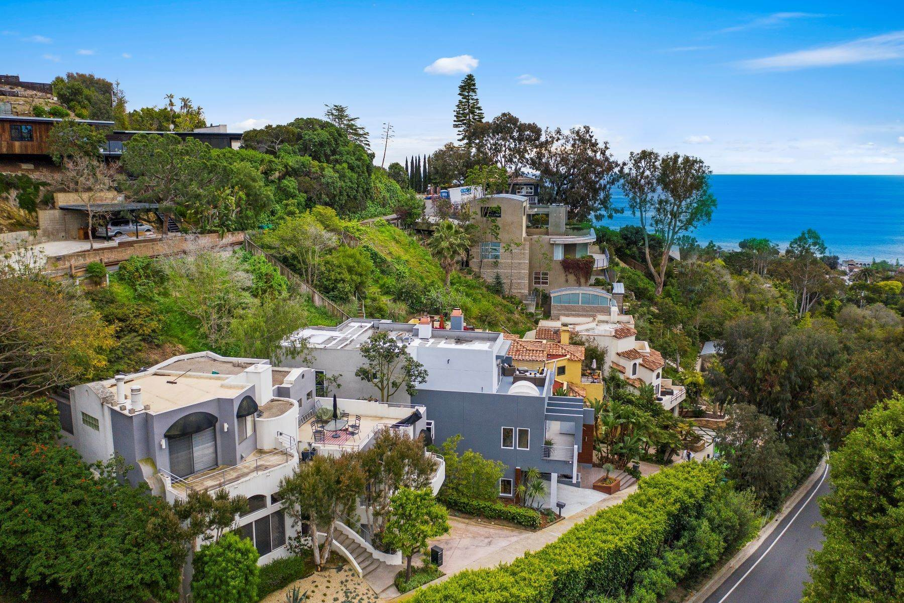 39. Single Family Homes for Sale at 845 Summit Drive, Laguna Beach, CA 92651 845 Summit Drive Laguna Beach, California 92651 United States