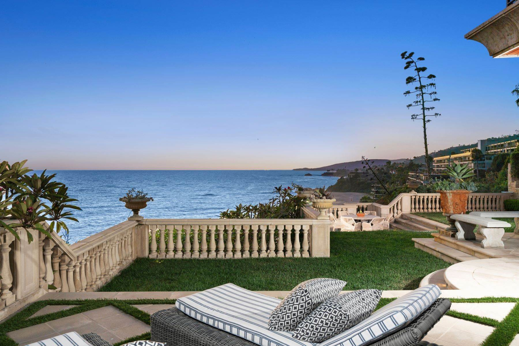 3. Single Family Homes for Sale at 31521 Bluff Drive Laguna Beach, California 92651 United States