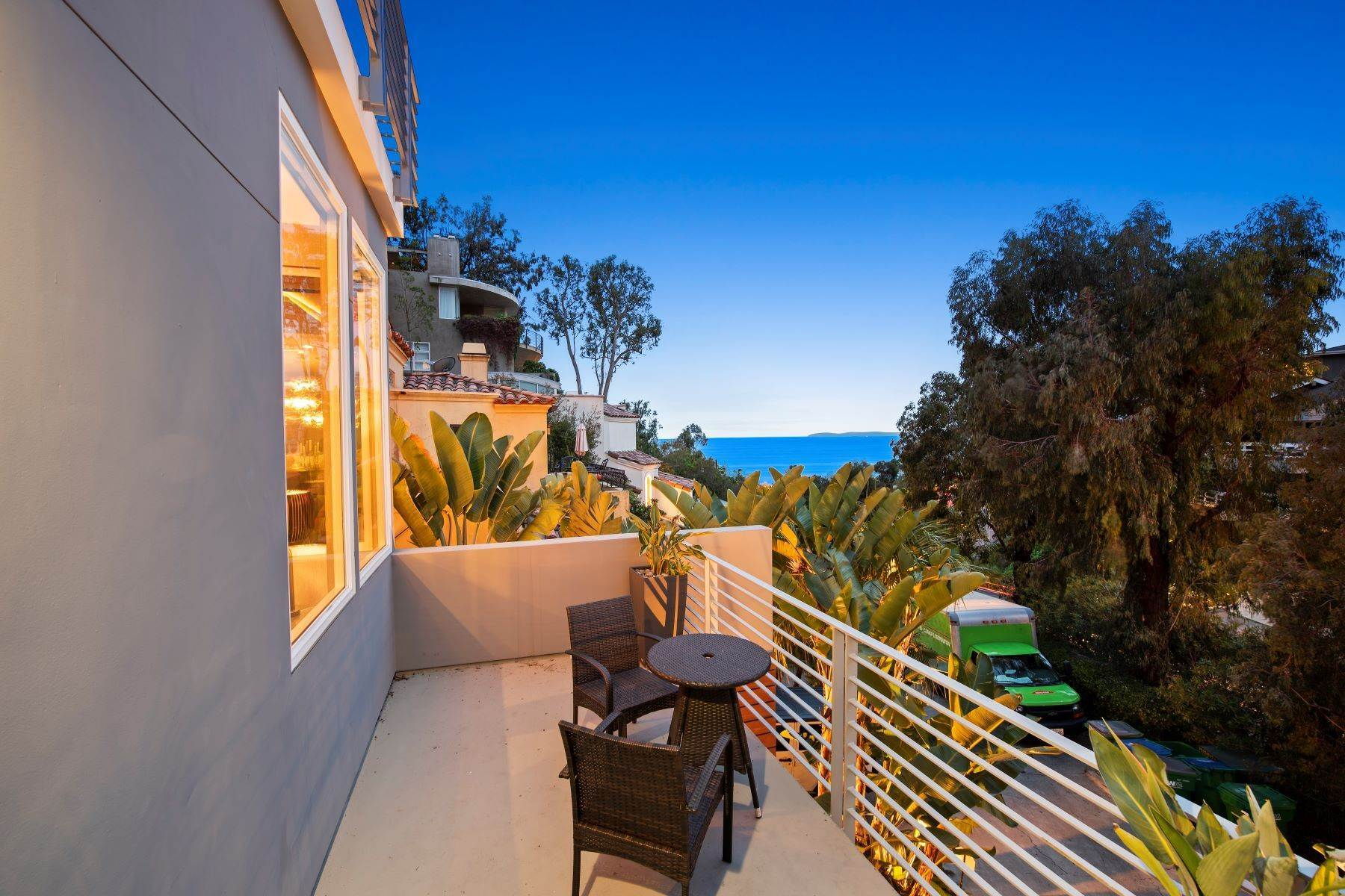 7. Single Family Homes for Sale at 845 Summit Drive, Laguna Beach, CA 92651 845 Summit Drive Laguna Beach, California 92651 United States