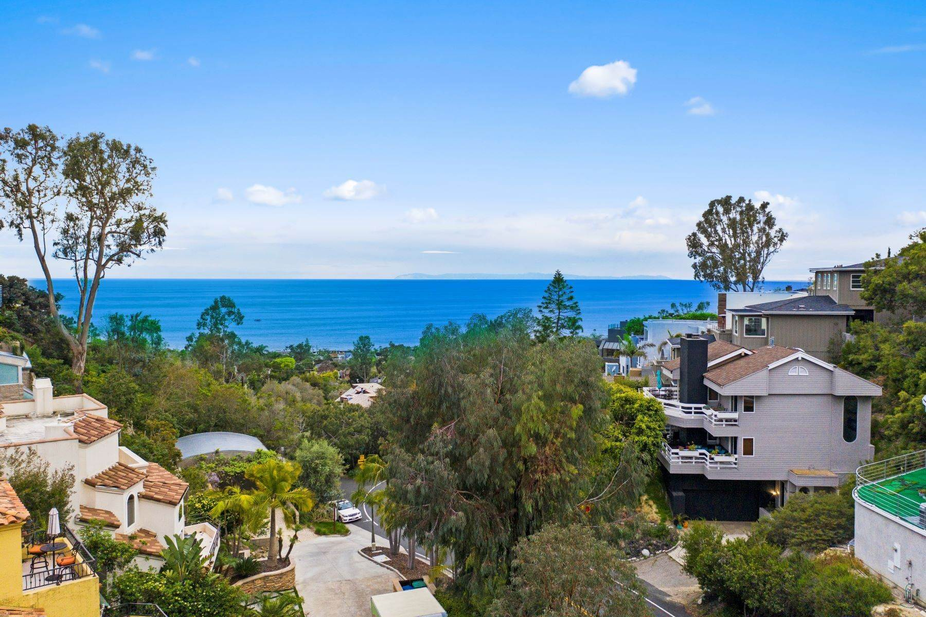 37. Single Family Homes for Sale at 845 Summit Drive, Laguna Beach, CA 92651 845 Summit Drive Laguna Beach, California 92651 United States